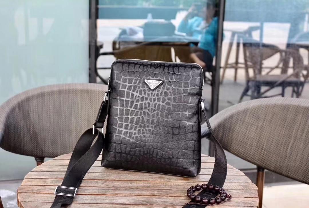 斜めがけ メンズ ブランド 偽物-プラダ 黒 レザーボディバッグ  ソフト高品質ショルダー ハイエンド N級コピー店舗